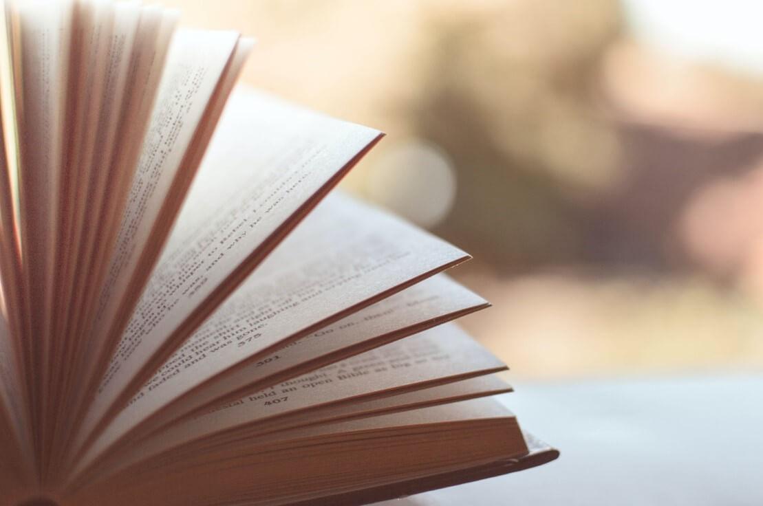Écrire une nouvelle est un excellent exercice d'écriture. En effet, ce récit court comporte différentes spécificités qui le rendent particulièrement intéressant d'un point de vue stylistique. Afin de travailler votre plume, nous vous proposons quelques conseils.